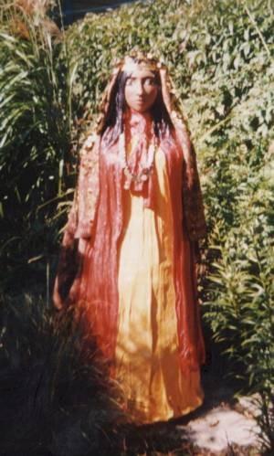 Kali Sara von Lynn Hutchinson, einer kanadischen Künstlerin, die von britischen Romanichals abstammt. Diese Papiermaché-Figur wurde 2001 in den Ontario-See getragen.