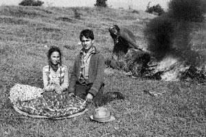 Das Stroh, auf dem die Romni entbunden hat, wird verbrannt (Rumänien)