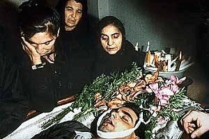 Trauernde Frauen vor dem aufgebahrten Leichnam (Deutschland)